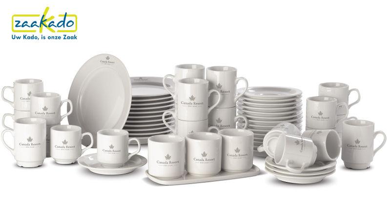 Compleet servies met logo bedrukken 92 delig borden, koffiekopjes, schotels, melkkan en suiker ZaaKado