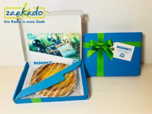 Taart gebak doos brievenbus mes klant FNV pakket post jaaroverzicht ZaaKadotip relatiegeschenken zaakado giveaway